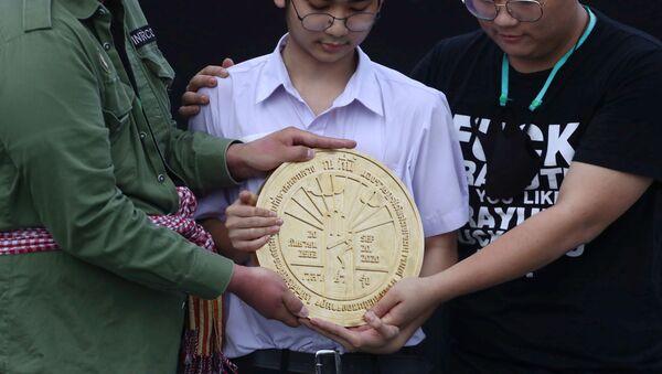 Bangkok'taki Büyük Saray yakınında Kral Sahası denilen alana Halk bu ülkenin krala değil, halka ait olduğuna dair niyetini beyan etmiştir yazan plaketi yerleştiren Taylandlı öğrenciler - Sputnik Türkiye