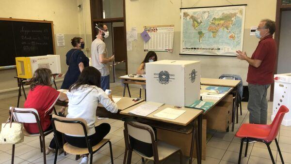 İtalya'da halk bugün ve yarın düzenlenen referandum ile parlamenter sayısının azaltılmasına yönelik anayasa değişikliğini oylayacak. - Sputnik Türkiye