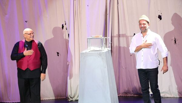 Oyuncu Rasim Öztekin (fotoğrafta), Kel Hasan Efendi'nin kavuğunu, Harbiye Cemil Topuzlu Açık Hava Sahnesi'nde düzenlenen törenle oyuncu Şevket Çoruh'a teslim etti. - Sputnik Türkiye