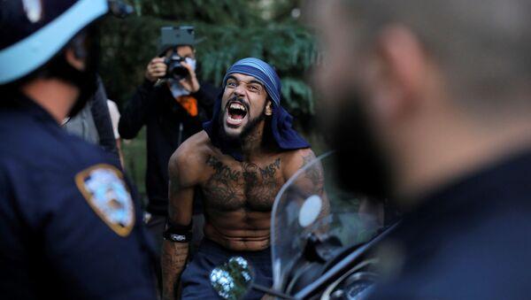 ABD'nin New York şehrinde polise bağıran bir protestocu - Sputnik Türkiye