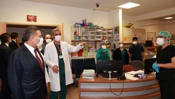 Sağlık Bakanı Fahrettin Koca, Keçiören Eğitim ve Araştırma Hastanesi'nde hasta yakınlarının saldırı girişiminde bulunduğu sağlık çalışanlarını ziyaret etti. - Sputnik Türkiye