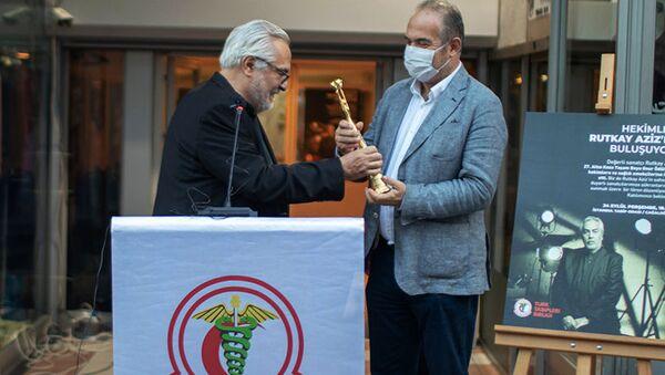Uluslararası Adana Altın Koza Film Festivali Ödül Töreni'nde onur ödülü verilenRutkay Aziz, Türk Tabipleri Birliği'ne (TTB) ve tüm sağlık emekçilerine adadığı ödülünü TTB Başkanı Prof. Dr.Sinan Adıyaman'a teslim etti. - Sputnik Türkiye