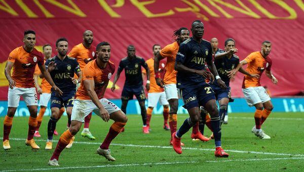 Süper Lig'in 3. haftasında oynanan derbi maçta Galatasaray ile Fenerbahçe 0-0 berabere kaldı. - Sputnik Türkiye