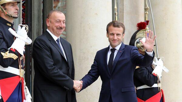 Azerbaycan Cumhurbaşkanı İlham Aliyev ile Fransa Cumhurbaşkanı Emmanuel Macron - Sputnik Türkiye