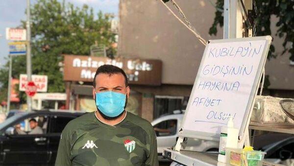 Bursaspor'da  ayrılan Kubilay Kanatsızkuş için lokma döktüren taraftar  - Sputnik Türkiye