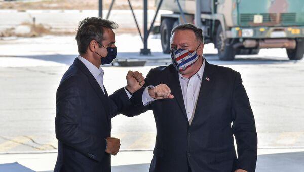 Girit'in Suda Körfezi'ndeki NATO donanma üssüne çıkarma yapan ABD Dışişleri Bakanı Mike Pompeo, Yunan BaşbakanıKyriakos Miçotakis ile dirsek çarpıştırırken - Sputnik Türkiye