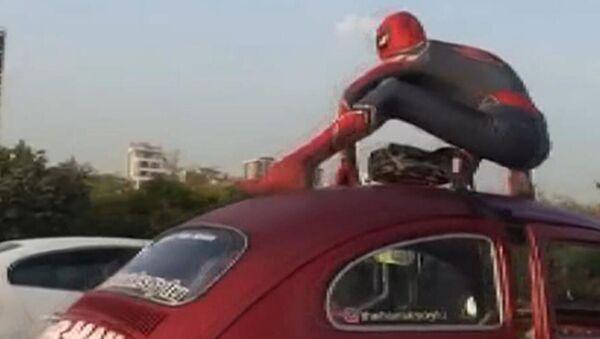 Ataşehir'de trafikte 'Örümcek Adam' sürprizi: 'Ne haber Spiderman?' dedik, 'Selamünaleyküm' diye cevap verdi - Sputnik Türkiye