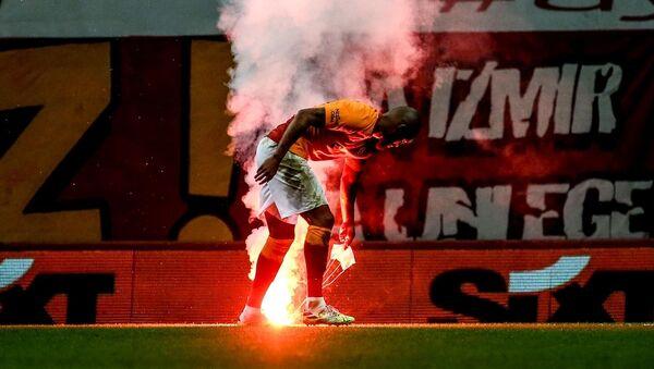 27 Eylül 2020'de seyircisiz oynanan Galatasaray - Fenerbahçe derbisinde stat dışından paraşütle  sahaya meşale atıldı. - Sputnik Türkiye