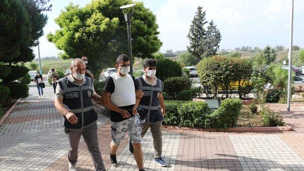 Adana'nın Ceyhan ilçesinde eşini kalbinden bıçaklayarak öldüren koca çıkarıldığı mahkemece tutuklandı. - Sputnik Türkiye