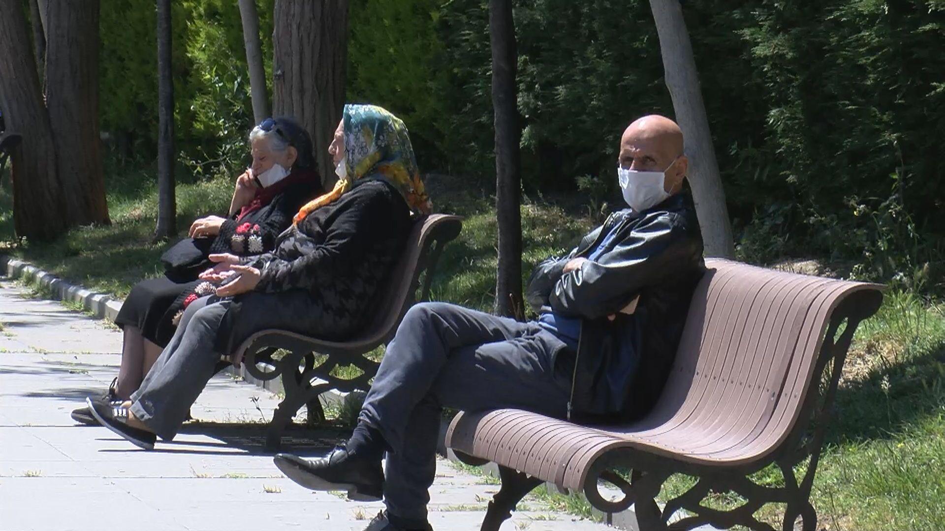 Maskeli yaşlı vatandaşlar - Sputnik Türkiye, 1920, 19.09.2021