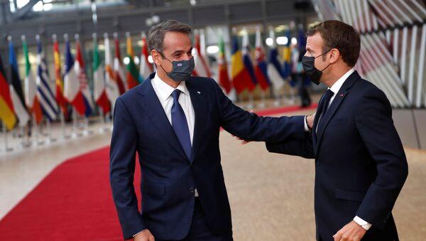 Türkye'ye karşı ortak tavır alan Fransa ve Yunanistan liderleri Emmanuel Macron ile Kyriakos Miçotakis'den 1 Ekim 2020'de başlayan AB zirvesinde samimi pozlar - Sputnik Türkiye