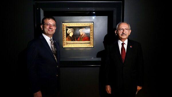 Cumhuriyet Halk Partisi (CHP) Genel Başkanı Kemal Kılıçdaroğlu (sağda) ve İstanbul Büyükşehir Belediyesi (İBB) Başkanı Ekrem İmamoğlu (solda), İBB tarafından Londra'da düzenlenen müzayededen satın alınarak Türkiye'ye getirilen Fatih Sultan Mehmet'in portresinin ön gösterimine katıldı. - Sputnik Türkiye