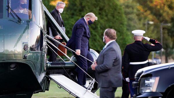 ABD Başkanı Donald Trump, korovairüs pozitif çıkmasının ardından helikopterle gittiği Walter Reed Askeri Tıp Merkezi'nde tedaviye alındı. - Sputnik Türkiye