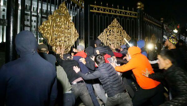 Kırgızistan'da protestocular parlamento ve Cumhurbaşkanlığı Sarayı alanına girdi - Sputnik Türkiye
