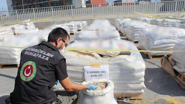 Alınan numunelerin, Olay Yeri İnceleme Şube Müdürlüğü ekipleri ve İstanbul Bölge Kriminal Polis Laboratuvarı'nda yapılan ilk incelemelerinde yasal yükün arasında gizlenmiş kokain olduğu anlaşıldı. Laboratuvarda çok kısa sürede incelenen gübre içindeki maddelerin, 228 kilo 438 gram gelen saf kokain olduğu belirtilirken, operasyonda biri 'doktor' lakaplı organizatörlerden İngiliz uyruklu uyuşturucu kaçakçısı Antony M., şebekenin Türkiye ayağını yürüten Ş.Z. ve M.D.'nin de aralarında olduğu 15 şüpheli gözaltına alındı. - Sputnik Türkiye