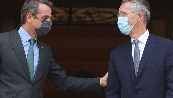 Ankara'nın ardından Atina'yı ziyaret eden NATO Genel SekreteriJens Stoltenberg'le görüşenYunanistan BaşbakanıKyriakos Miçotakis (solda) - Sputnik Türkiye