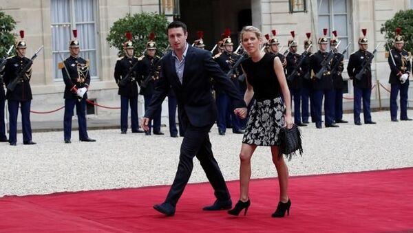 Fransa First Lady'sinin ilk evliliğinden olan üç çocuğundan Tiphaine Auziere, eşiyle birlikte, Emmanuel Macron'un cumhurbaşkanlığı yemin törenine giderken - Sputnik Türkiye