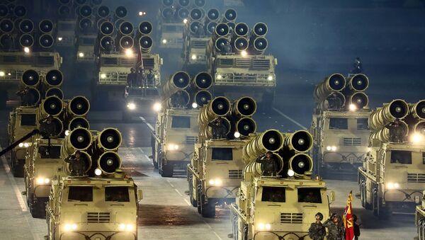 Kuzey Kore, İşçi Partisi'nin 75. yıldönümü nedeni ile başkent Pyongyang'da düzenlenen askeri geçit töreninde yeni kıtalararası balistik füzelerini sergiledi.  - Sputnik Türkiye