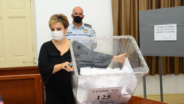 Kuzey Kıbrıs'taki cumhurbaşkanlığı seçimi için oy verme işlemi saat 18.00 itibarıyla tamamlandı ve oy sayımına başlandı. - Sputnik Türkiye