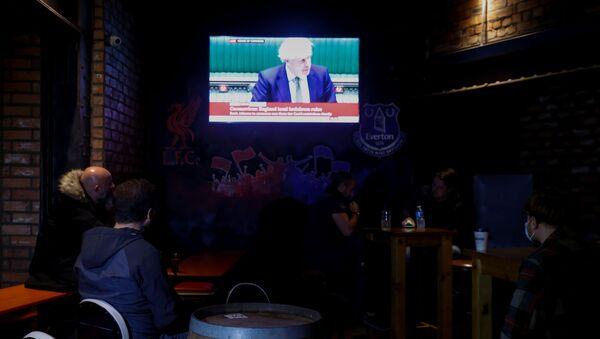 Liverpool'daki müdavimler, Britanya Başbakanı Boris Johnson'ın konuşmasından tüm barların kapanacağı haberini aldı. - Sputnik Türkiye