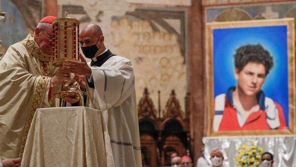 Kardinal Agostino Vallini'nin yönettiği törenle 2006'da 15 yaşındayken lösemiden ölen  Carlo Acutis, 'mübarek' ilan edildi. - Sputnik Türkiye