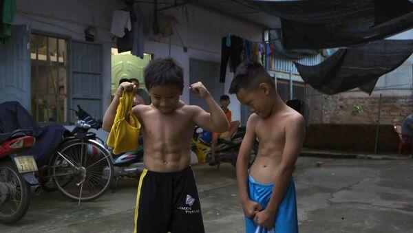 Vietnamlı çocuk nadir görülen bir genetik rahatsızlıktan ötürü vücut geliştirici gibi gözüküyor - Sputnik Türkiye