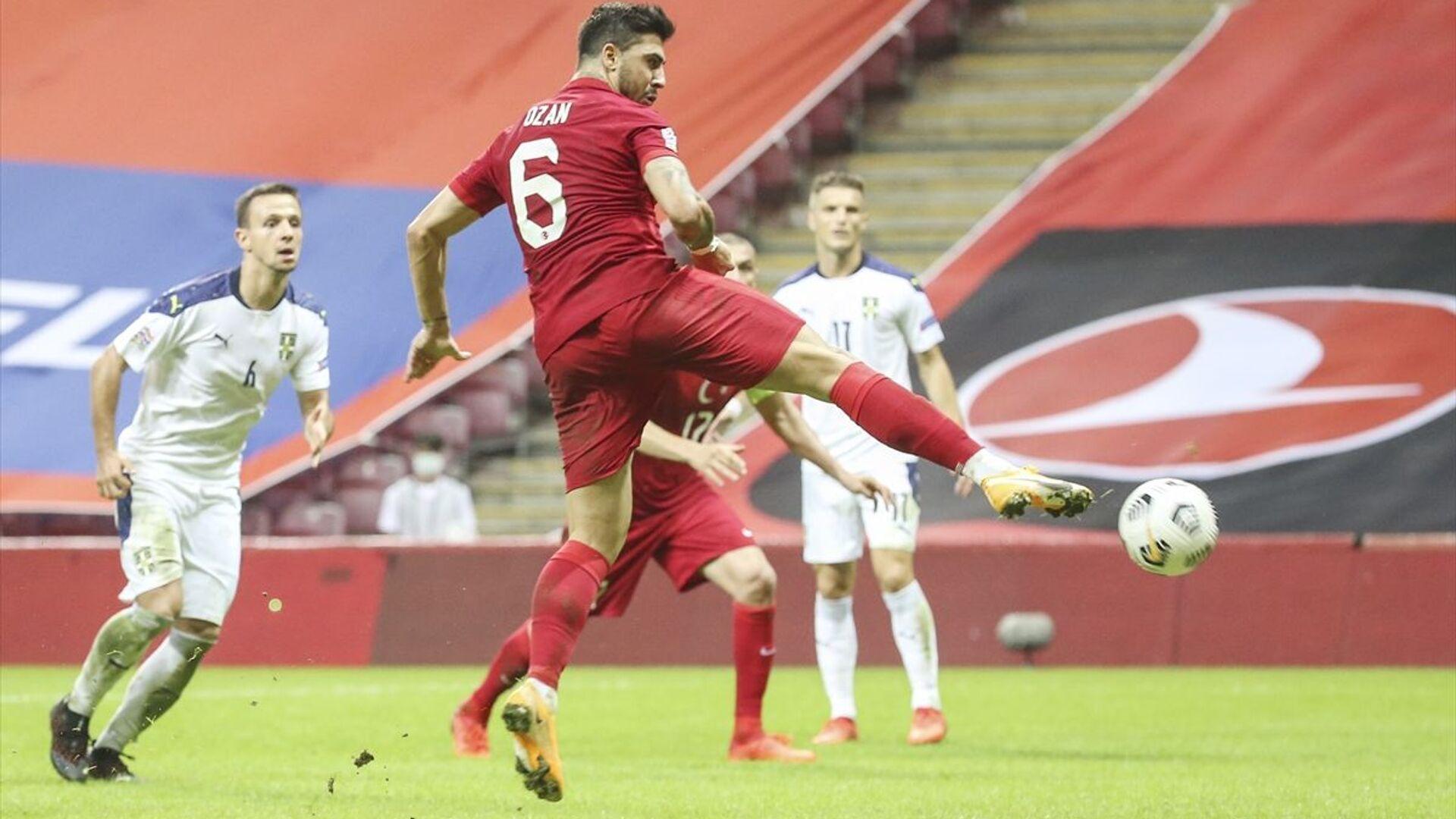 A Milli Futbol Takımı, UEFA Uluslar B Ligi 3. Grup dördüncü maçında Sırbistan ile Türk Telekom Stadı'nda karşılaştı. Milli futbolcu Ozan Tufan'ın (6) vuruşunda top ağlara gitti. - Sputnik Türkiye, 1920, 08.09.2021