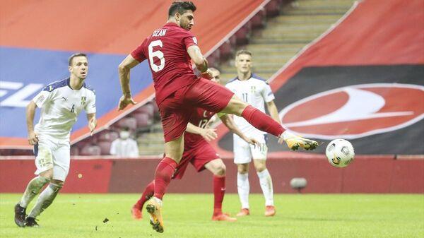 A Milli Futbol Takımı, UEFA Uluslar B Ligi 3. Grup dördüncü maçında Sırbistan ile Türk Telekom Stadı'nda karşılaştı. Milli futbolcu Ozan Tufan'ın (6) vuruşunda top ağlara gitti. - Sputnik Türkiye