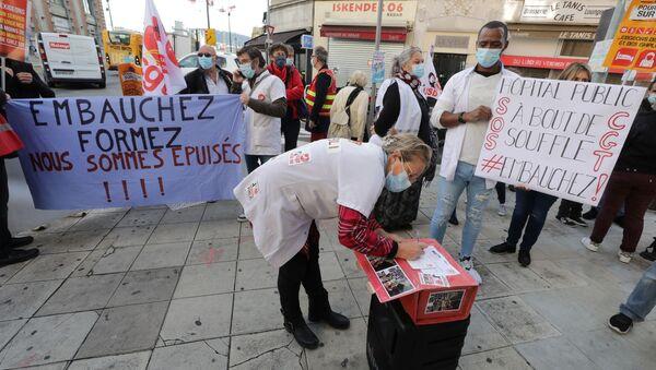 Fransa'da sağlık çalışanlarından 'Tükendik' protestosu: Nice'de postaneye giden doktorlarla hemşireler, sıkıntılarıyla taleplerini yazdıkları kartları Cumhurbaşkanı Macron'a gönderdi. - Sputnik Türkiye