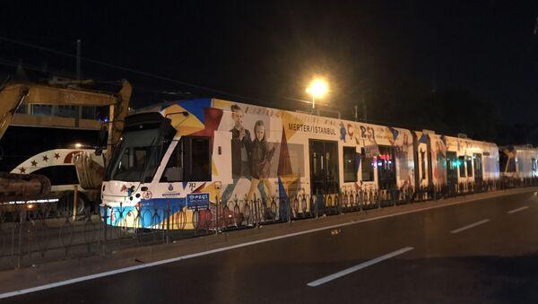 Beyazıt Laleli durağında tır üzerindeki iş makinasının tramvaya enerji sağlayan elektrik kablolarına çarpması sonucu yaşanan kopma nedeniyle tramvay seferleri iki yönlü olarak tamamen durdu. - Sputnik Türkiye