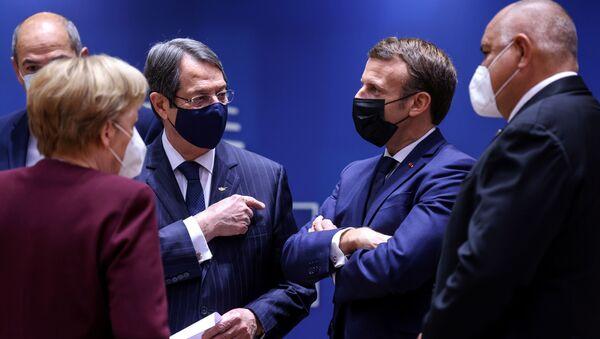 AB liderleri zirvesinde ortadaki Almanya Başbakanı Angela Merkel, Güney Kıbrıs Cumhurbaşkanı Nikos Anastasiadis ve Fransa Cumhurbaşkanı Emmanuel Macron arasındaki tartışma - Sputnik Türkiye