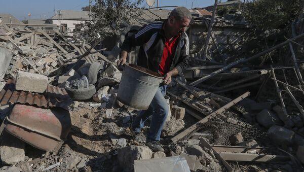 Stepanakert kentinde topçu saldırısı sonrası evinin enkazını kaldıran adam (Dağlık Karabağ) - Sputnik Türkiye