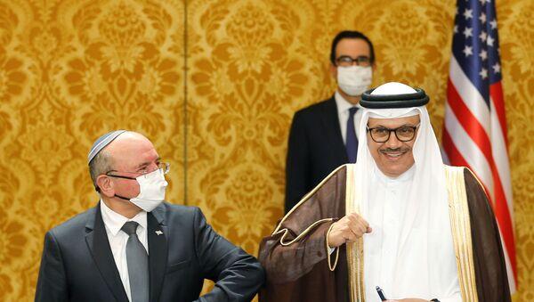 Bahreyn Dışişleri Bakanlığı yetkilisi ile İsrailUlusal Güvenlik Kurumu Başkanı Meir Şabat diplomatik ilişkilerin tesisine dair ortak bildiri imzalamalarının ardından korona tokalaşması yaptı. - Sputnik Türkiye