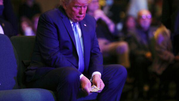 BaşkanDonald Trump'ın UluslararasıLas Vegas Kilisesi'ndeki ayin sırasında eliyle 20 dolarlardan oluşan para destesini sayıp bağış kovasına attığı anlar kameralara yansıdı. - Sputnik Türkiye
