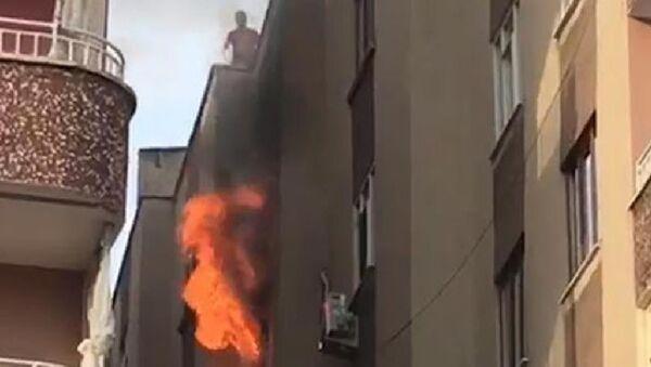 Diyarbakır'ın Bağlar ilçesinde, 4 katlı apartmanın 3'üncü katında oturan Gülpınar ailesinin evinde 20 gün arayla ikinci kez yangın çıktı. Gülay Gülpınar (35) ve 3 çocuğu ile 3 itfaiye eri dumandan etkilenerek hastaneye kaldırıldı. - Sputnik Türkiye