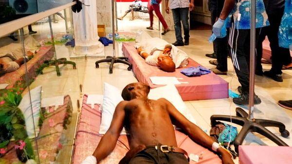 Nijerya'nın Lagos Eyaleti Valisi Babajide Sanwo-Olu,  20 Ekim 2020'de askerlerin protestoculara ateş açması sonrası hastaneye kaldıranları ziyaret ederken... - Sputnik Türkiye