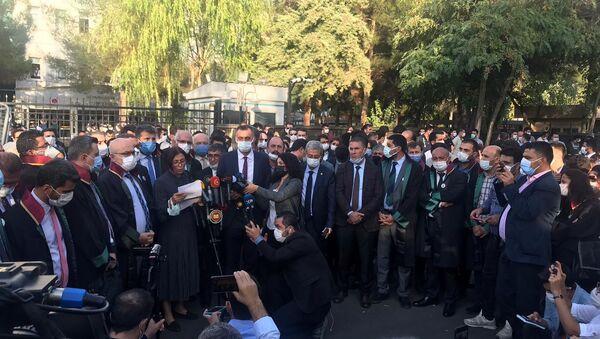 Tahir Elçi cinayetinin görülen duruşmasında okuyamadığı dilekçesini adliye önünde okuyan Türkan Elçi - Sputnik Türkiye