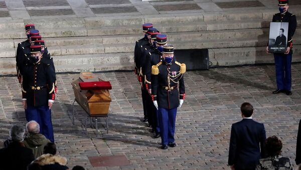 Fransa'da geçen haftabaşı kesilerek öldürülmüş halde bulunan öğretmen için başkent Paris'te anma töreni gerçekleştirildi. - Sputnik Türkiye