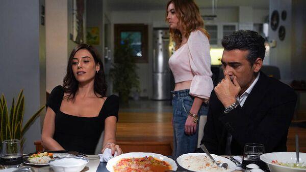 Kanal D'de yayınlanan Sadakatsiz isimli dizide yer alan bir sahnede geçen ifadeleri sosyal medyada gündeme oturdu. - Sputnik Türkiye