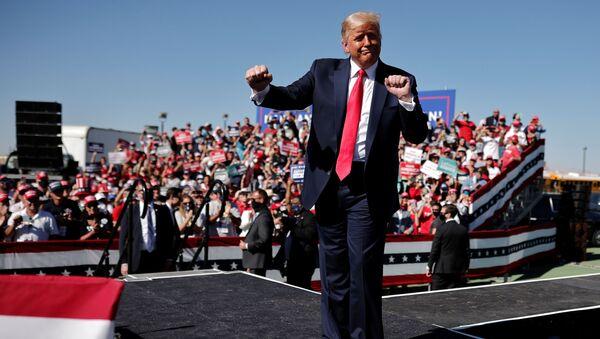 U.S. President Donald Trump gestures as he attends a campaign rally at Prescott Regional Airport, in Arizona, U.S., October 19, 2020. REUTERS/Carlos Barria - Sputnik Türkiye