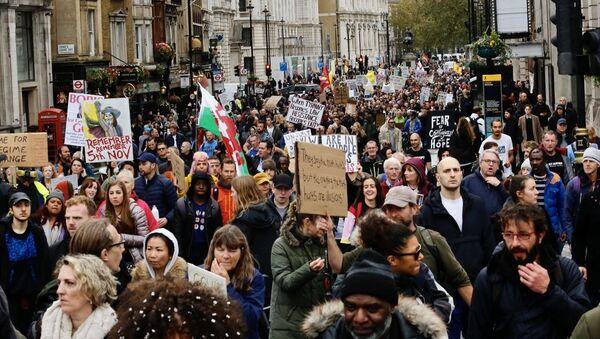 İngiltere'nin başkenti Londra'da yeni tip koronavirüs (Kovid-19) önlemleri ve aşı karşıtı StandUpX adlı grup gösteri düzenledi. - Sputnik Türkiye