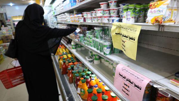 Yemen'in başkenti Sanaa'da Fransız mallarını boykot yazılarının asıldığı bir süpermarkette alışveriş yapan kadın  - Sputnik Türkiye