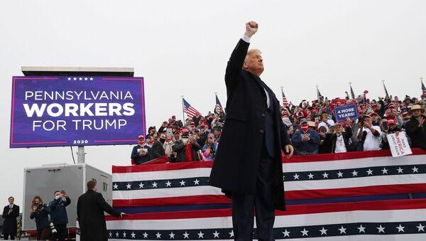3 Kasım gecesi için kritik olan eyaletlerden Pensilvanya'ya sabah giden Trump, ilk olarak Allentown kentinde çalışanlara seslendi. - Sputnik Türkiye