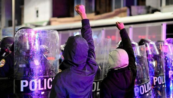 Walter Wallace Jr.'ın öldürülmesinin ardından Philadelphia kentinde protesto düzenleyenler polisle karşı karşıya - Sputnik Türkiye