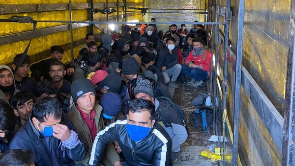 Van'ın Erciş ilçesinde, şüphe üzerine durdurulan TIR'ın dorsesinde yurda kaçak yollarla girdikleri belirlenen 210 kaçak göçmen yakalandı. TIR şoförü gözaltına alındı. - Sputnik Türkiye