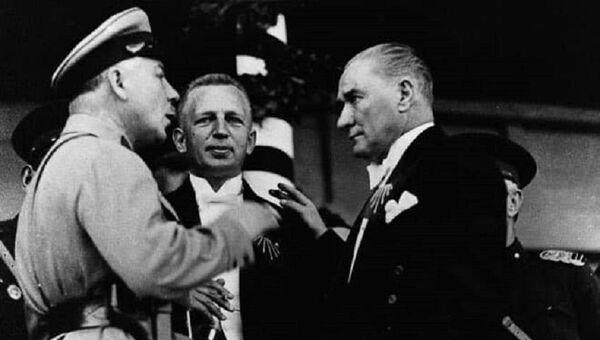 Mustafa Kemal Atatürk ve SSCB Savunma Halk Komiseri, mareşal Kliment Voroşilov Türkiye Cumhuriyeti'nin 10. yılı töreninde - Sputnik Türkiye