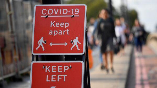 Koronavirüs - Kovid-19 - Sosyal mesafe uyarısı - Londra - İngiltere - Sputnik Türkiye