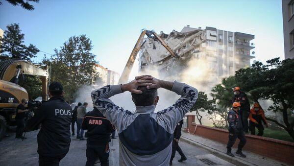 İzmir'de cuma günü meydana gelen 6.6 büyüklüğündeki depremin ardından bir kısmı yıkılan Bayraklı ilçesindeki Karagül Apartmanı, kontrollü olarak yıkıldı. - Sputnik Türkiye