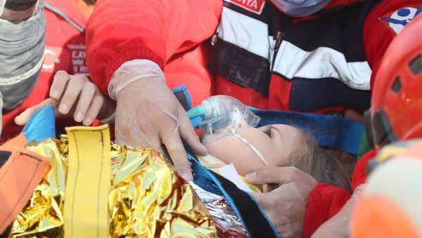 91 saatin ardından Rıza Bey Apartmanı enkazından 3 yaşındaki Ayda Gezgin sağ olarak kurtarıldı. - Sputnik Türkiye