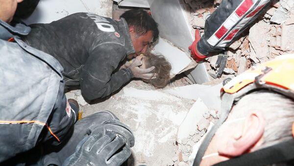 İzmir'deki kurtarma çalışmalarından kareler - Sputnik Türkiye